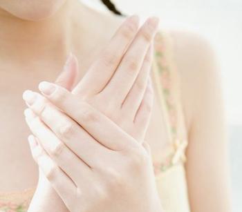 Трескаются пальцы на руках